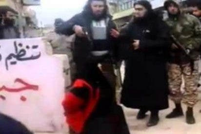 "[Vídeo] Así ejecuta Al Qaeda en plena calle a una mujer ""adúltera"" de un tiro en la cabeza"