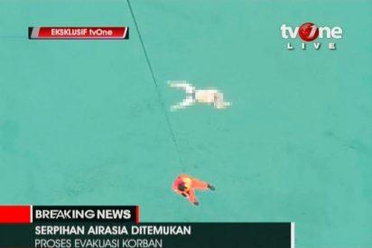 Muchos pasajeros del avión de AirAsia tenían cogidas las manos cuando cayó en picado al mar