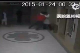 [Vídeo] Un médico y el familiar de un paciente se lían a tortazos y mueren al caer por el hueco del ascensor