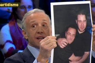 """Pablo Hasel, el rapero al que se abrazaba Monedero, cantaba claro: """"Sueño con que Juan Carlos vuele por los aires"""""""