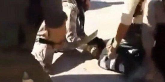 El vídeo del 'desobediente' decapitado por el EI en plena calle y que pide socorro