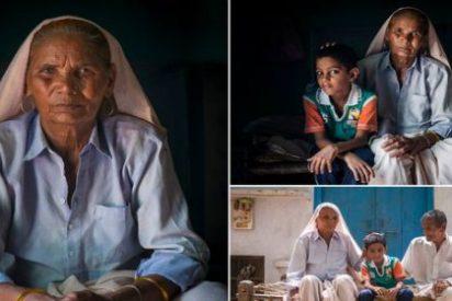 La madre más vieja del mundo que cuida a su hijo gemelo de 6 años no está para muchos trotes