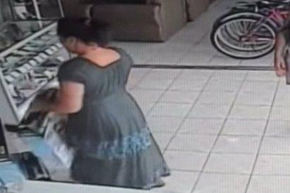 [Vídeo] Cómo robar un televisor de plasma en segundos con un 'vestido mágico' y mucha cara