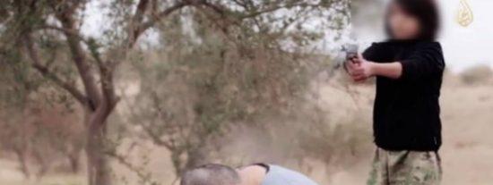 El vídeo del niño yihadista que 'ejecuta' sin pestañear a dos supuestos espías rusos