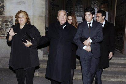 Paloma Cuevas y sus padres, sin consuelo, en el funeral de su hermano