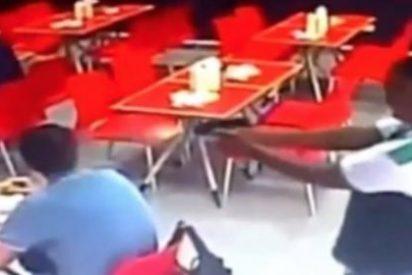 Así le dispara en la nuca el asesino a sueldo a un holandés en mitad del restaurante