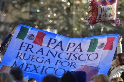 El papa saluda a los mexicanos en la Plaza de San Pedro