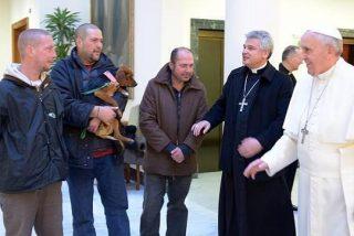 El Papa también instala una peluquería para sin techo
