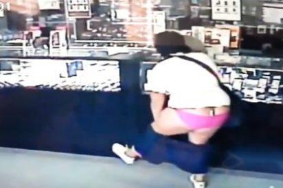 El vídeo de la chalada que asalta una joyería con un pedrusco y enseñando las bragas