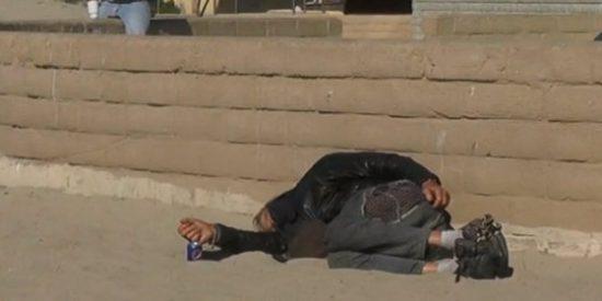 [Vídeo] Tres 'skins' queman vivo a un indigente mientras duerme en la playa