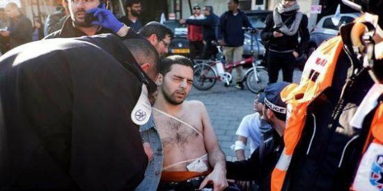 El 'lobo solitario' que acuchilla a una mujer en la calle tras herir a 16 pasajeros de un autobús en Tel Aviv