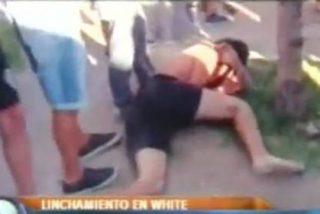 El vídeo de la paliza que le dan unos vecinos a un joven por haber violado a su hermana
