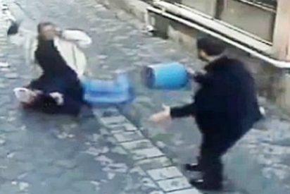 [Vídeo] Intenta acuchillar a su esposa en la calle mientras todos se dan a la fuga