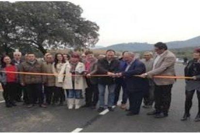 Laureano León inaugura el acondicionamiento de la carretera de Azabal