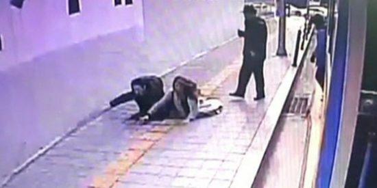 [Vídeo] La pareja a quien se traga la tierra nada más bajar del autobús