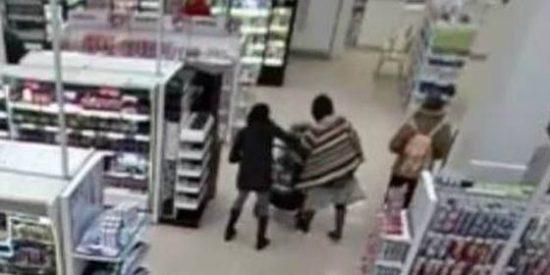 """[Vídeo] Una loca con poncho intenta estrangular a un bebé en el súper: """"Prefiero que esté muerto"""""""