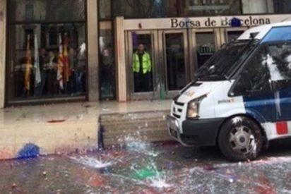 Estudiantes arrojan pintura a la Bolsa de Barcelona y contra furgones policiales