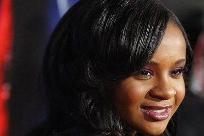 "Aparece flotando boca abajo en la bañera la hija de Whitney Houston: está en coma y ""pinta mal"""