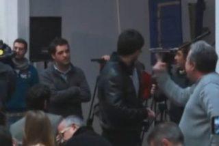 El camarero Alberto Casillas la monta en la comparecencia de Monedero