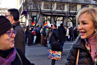 Banderas republicanas y griegas, puños en alto... y la pija Carmen Lomana en el 'guateque' de Podemos