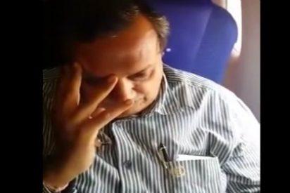 [Vídeo] El acosador sexual intenta tocar el culo a una joven en un avión y lo paga caro