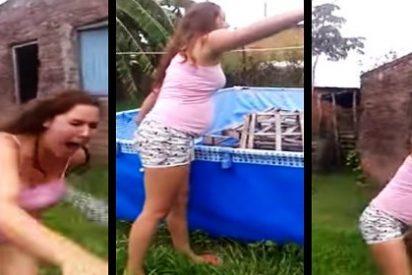 [Vídeo] La anciana le arroja agua hirviendo a una embarazada durante una discusión vecinal
