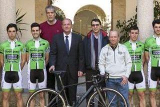 Monago recibe en Presidencia al equipo ciclista Extremadura Team