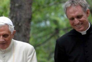 """Gänswein: """"Ratzinger tiene algunos problemas en las piernas, pero su cabeza funciona perfectamente"""""""