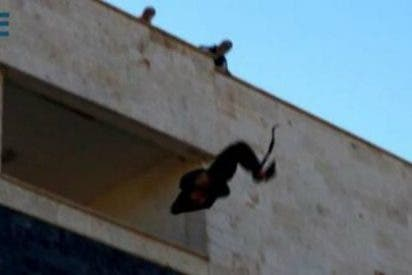Milicianos del Estado Islámico lanzan desde una azotea a otro homosexual
