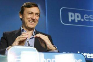 El repaso de Hernando al PSOE y Podemos en su debut pone en pie al PP