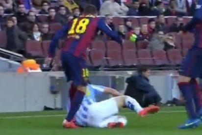[VÍDEO] ¿Son de tarjeta roja y expulsión las patadas que pega Jordi Alba a un caído Juanpi?