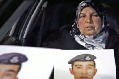 Muere de dolor la madre del piloto jordano que fue quemado vivo en una jaula