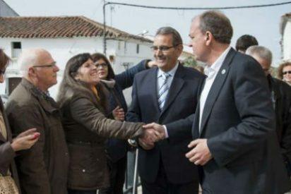 El presidente Monago visita el Ayuntamiento de Orellana la Vieja