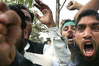 Los fanáticos Estado Islámico meten en una gran jaula a 43 personas y las queman vivas