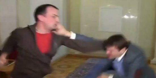 [Vídeo] La pelea a puñetazos al estilo boxeador entre dos políticos 'corruptos'