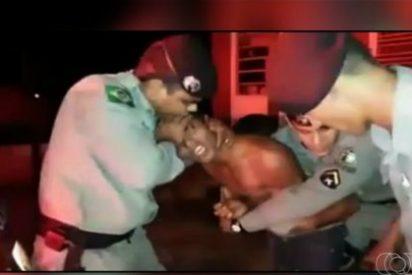 El extraño vídeo del policía que le hace un exorcismo a un borracho que habla en latín