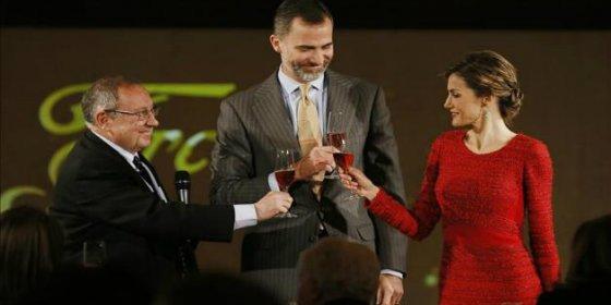 """Los reyes descorchan """"el mejor espíritu emprendedor español"""" en el centenario de Freixenet"""