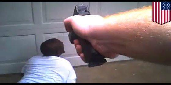 Así mata la Policía a tiros a un joven bipolar que estaba jugando con un destornillador