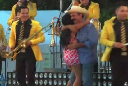 """El vídeo del alcalde que """"ha robado un poquito"""" levantando las faldas a una jovencita"""
