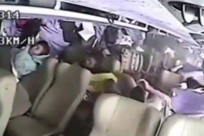 El impactante vídeo del accidente de autobus que te hará acordarte del cinturón de seguridad