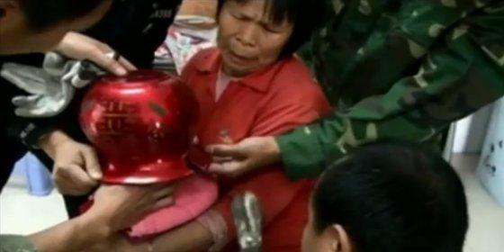 El vídeo del rescate del niño que se quedó atrapado en una cacerola