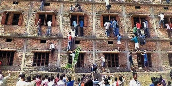 El increíble vídeo de las 'chuletas' por todo lo alto en los cruciales exámenes indios