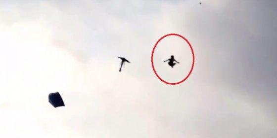 El terrible vídeo del niño que muere tras engancharse con una cometa y caer al vacío