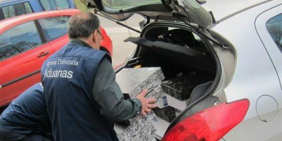 Aduanas analiza la documentación intervenida en la 'Cóndor'