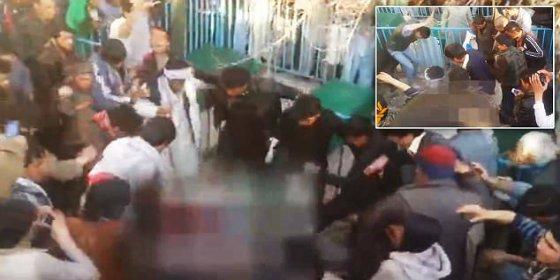 [Vídeo] Así mata la turba a patadas a una enferma mental que quemó páginas del Corán