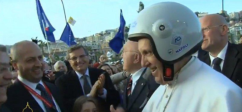 """El Papa en Nápoles: """"Un pueblo que no trata bien a los jóvenes ni a los ancianos no tiene futuro"""""""