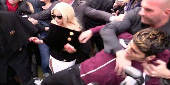 [VÍDEO] En acción el chulo guardaespaldas que estrangula a un fan de Lady Gaga