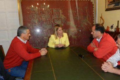 La alcaldesa de Cáceres se reúne con las asociaciones del taxi de la ciudad