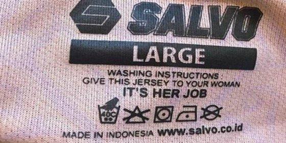 """Instrucciones en unas etiquetas: """"Dele el jersey a su mujer para que lo lave, es su trabajo"""""""