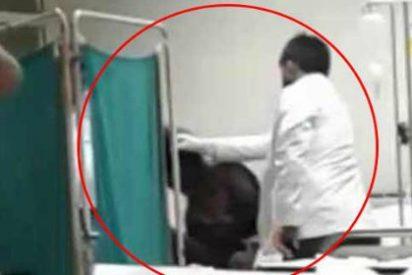 La grabación del doctor que despierta a un paciente inconsciente a porrazos